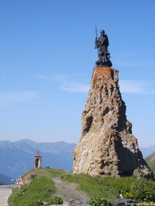 Памятник святому Бернарду из Ментона на перевале малый Сен-Бернар